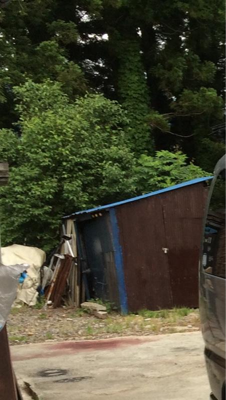 奥にあったこの小屋を、移動すれば二台横に並ぶ!<br /> <br /> この小屋を持ち上げて、移動します、<br /> <br /> まず小屋を持ち上げて移動するには、小屋の下に車輪をつけてと思いましたが、砂利道だ!<br /> コンクリートにしなくては!