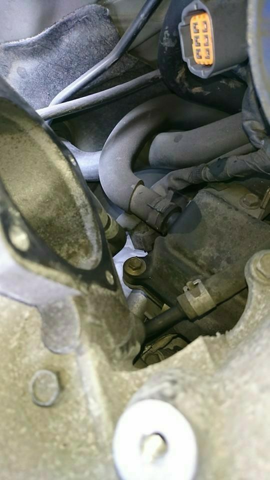ヘッドカバー部のブローバイホースの下に、センサーが、埋め込まれています。<br /> スロットルさえ外してしまえば、そんなに難しい作業ではないですね。
