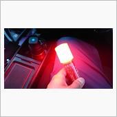 点滅のスパンが早すぎて5枚撮影してやっと映りました(汗)<br /> <br /> 点灯ではなく点滅します。<br /> マグネットで車体に載せて貼り付けることも可能だとか。