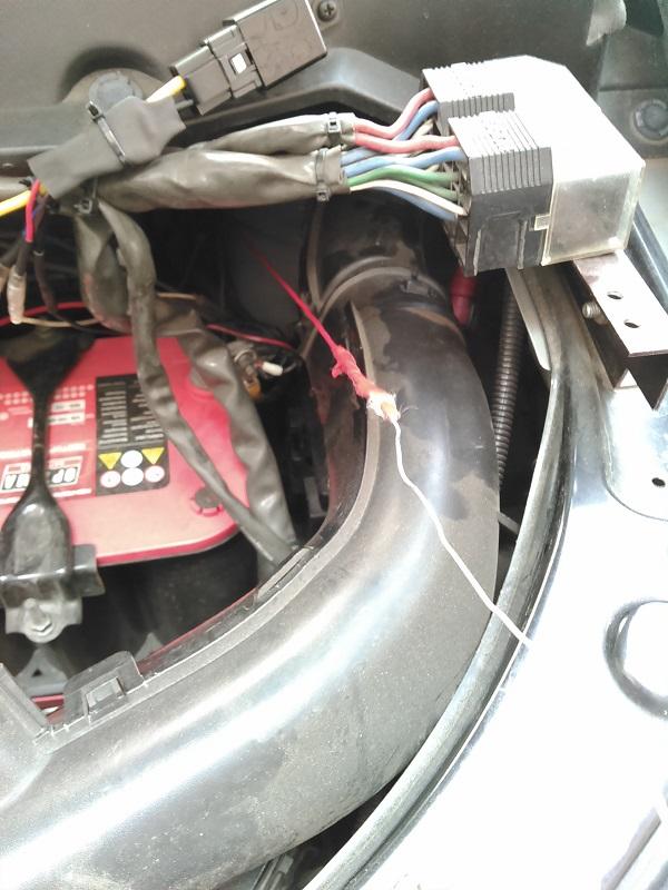 お得意の針がねで外科手術<br /> 室内からエンジンルームに引っ張りだします