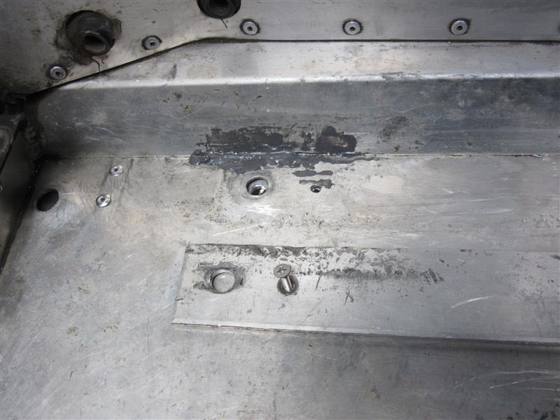 シート下のアルミパネル補強