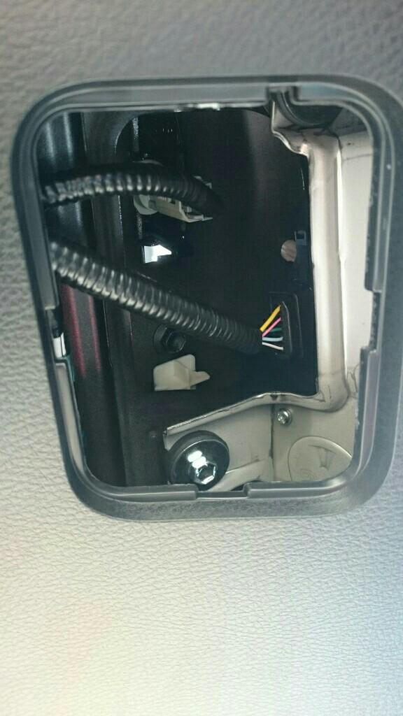 ナンバー灯裏側のカバーを外しカプラーを外し、その先のソケットを回して外します。
