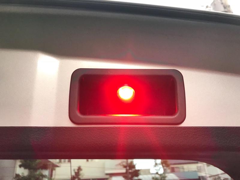 リアゲートを開けると赤いライトが点滅するよ