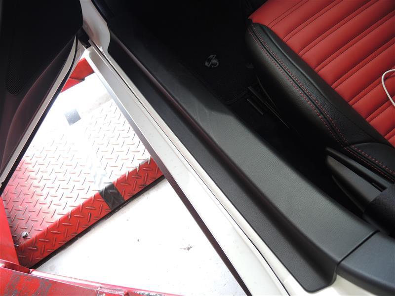 アバルト124スパイダーのスカッフプレートをドライカーボンに!