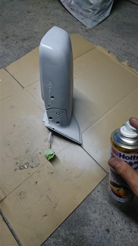 まずプラサフ。<br /> <br /> 結構近めでガンガン吹いていきます。<br /> <br /> 1回目塗装→10分放置→2回目塗装→10分放置→3回目塗装<br /> で全部使いきりました。