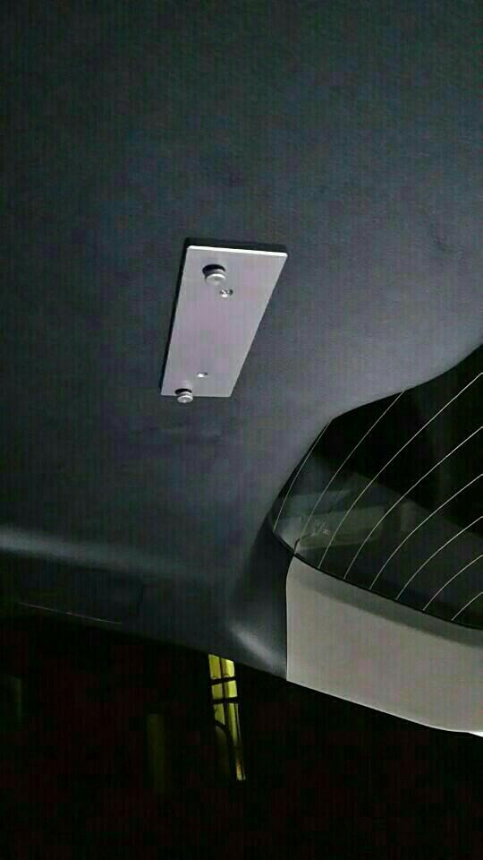 リアハッチにLEDランプ取り付けです。