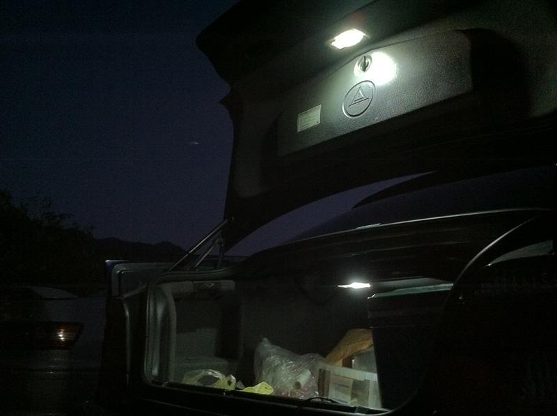 そこで、「本題」・・・♪<br /> <br /> 2015年に我が家にやってきたE39型BMW。<br /> <br /> 此方のラゲッジルームの照明はラゲッジ内に加えて開いたトランクリッド裏にも照明が配置されていました。(画像は今回の記事の作成時に撮影したものなので既にLEDに変更してあります)<br /> <br /> これなら?下の低い照明で荷室の奥まで照らしてくれる上に、上部に配置された照明で、高い位置から荷室全体を照らしてくれるため、両手が使えるようになり、実用的で「照明」としての役割をきちんと果たしてくれていると感じました♪<br /> <br /> こう云う細かい部分の配慮や設計は流石に日本車よりも「一日の長」がありますね~♪<br /> <br /> そこで、マークⅡのラゲッジランプもこの車の「設計」を取り入れてみることにしました♪<br /> <br /> トランクの開き方は同じなので、配線さえ?トランクパネル裏まで分配してやればそう難しい改造でもないかと思われます♪<br /> <br />