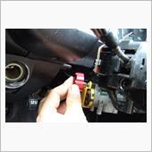 ステアリングコラム、運転席足元のカバーを外します、長い+2のドライバーが必要となります。(^^ゞ<br /> その後、イグニッションスイッチスイッチを外しますがとても狭いので背の低い+2のドライバーが必要となります。(^_^;;)