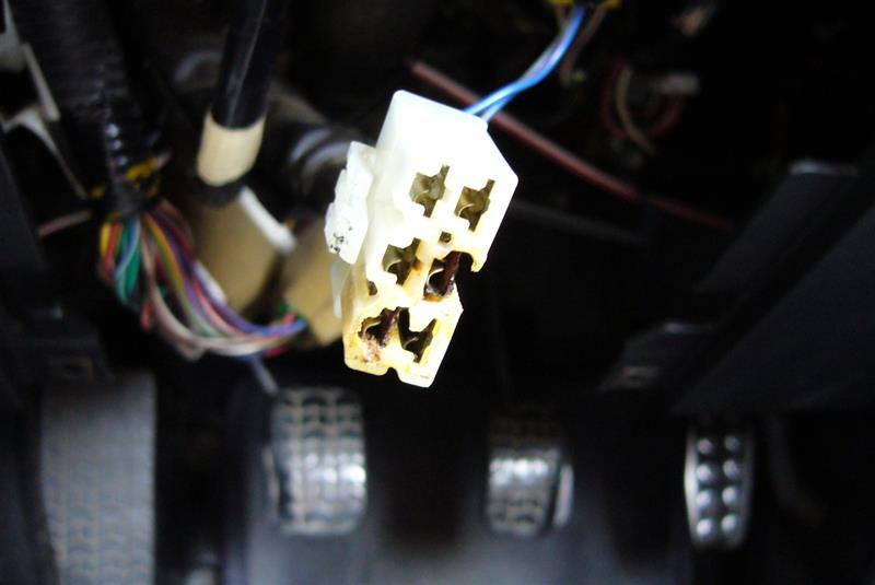 メスのコネクターのほうも溶けてます、このまま使い続けたら煙が出てヘタこいたら車両火災になります。。(((( ;゚Д゚)))<br /> こうなったらメスのコネクターも交換しなければなりませんがコネクターだけというのはパーツで出てません。(^_^;;)<br /> 同じコネクターのついた配線を解体屋でちょん切って買ってくるか、ネットでコネクターを調べて買うかしないとなりませんね。( ̄∇ ̄|||)