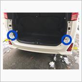 青○の位置のネジを外す<br /> <br /> バンパー下のクリップを外す<br /> バンパーの折り返しの部分の、上側のピンを外す<br /> 折り返しの下側のツメを持ち上げて、黄矢印の方向にバンパーを外側に広げて側面のツメを外す<br /> 側面のツメが外れたら、バンパーを後ろに引っ張りバンパーを外す