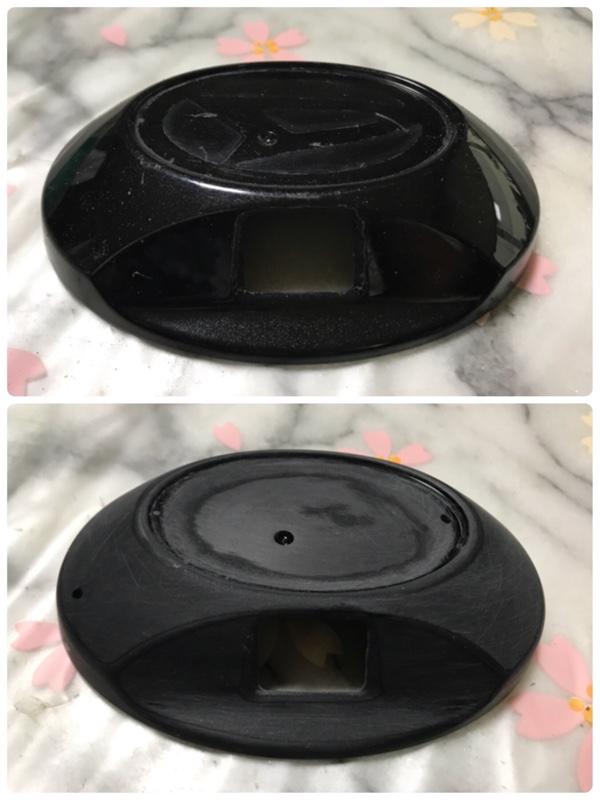 塗装の練習がてら…<br /> 知人に頼まれたバックカメラ移設するにあたり、見ずらいナンバー横から、トランクのトヨタのエンブレムへカバーを付けて埋め込む形に<br /> <br /> <br /> カメラの先端をカバー内に納めると、バックカメラの裏側がトランクに干渉する為に、カバーにあるカメラの穴をカッターやリューターで削り広げる<br /> <br /> そして、ダイハツ製の為に、ダイハツのエンブレムを外してカバーの純正の塗装をひたすらサンドペーパーで剥がす<br /> <br />