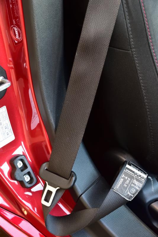 以前からシートベルトの巻取りが良くなかったのですが、近頃はこんなだらしない状態で、気付かずにバックルをドアに挟んでしまうこともあったくらいでした。(・_・;)