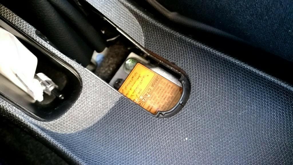 サイドブレーキレバーの下側に<br /> 付いてるカバーを外します