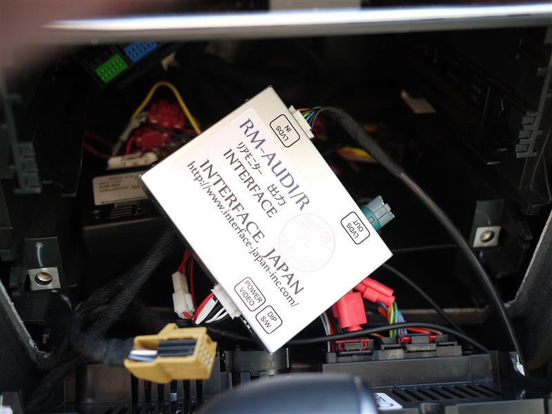 リアモニター出力インターフェイス取り付け(A4アバント/B8.5/MY14)