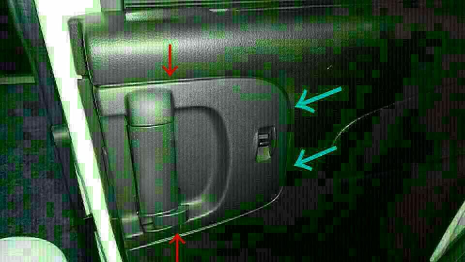 左側スライドドアセーフティイルミ設置+ドリンクホルダーLED設置