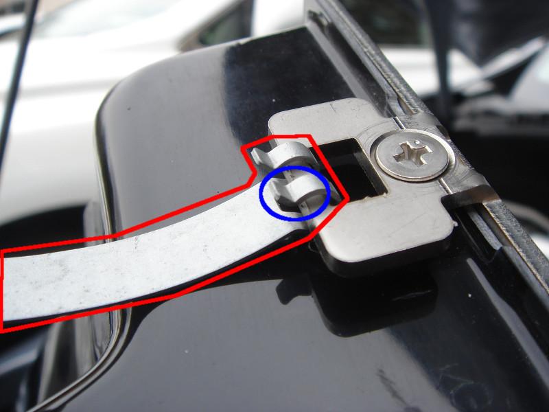このスプリングクリップも、移植します。<br /> <br /> 純正品からラジオペンチで青丸部分を少し開き外します。<br /> <br /> PROVA側に同じような向きで付けますが、スカスカ抜けるので、青丸部分を閉める必要があります。<br /> <br /> 開け閉めを雑にすると、折れそうな感じがするので、慎重に行って下さい。<br />