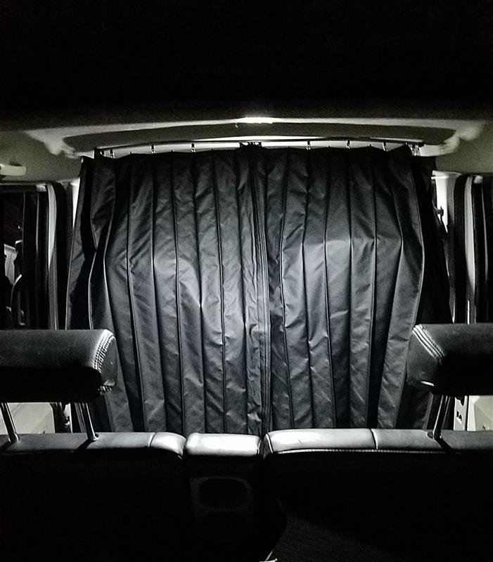 前席・後席間の間仕切りカーテン取り付け♪