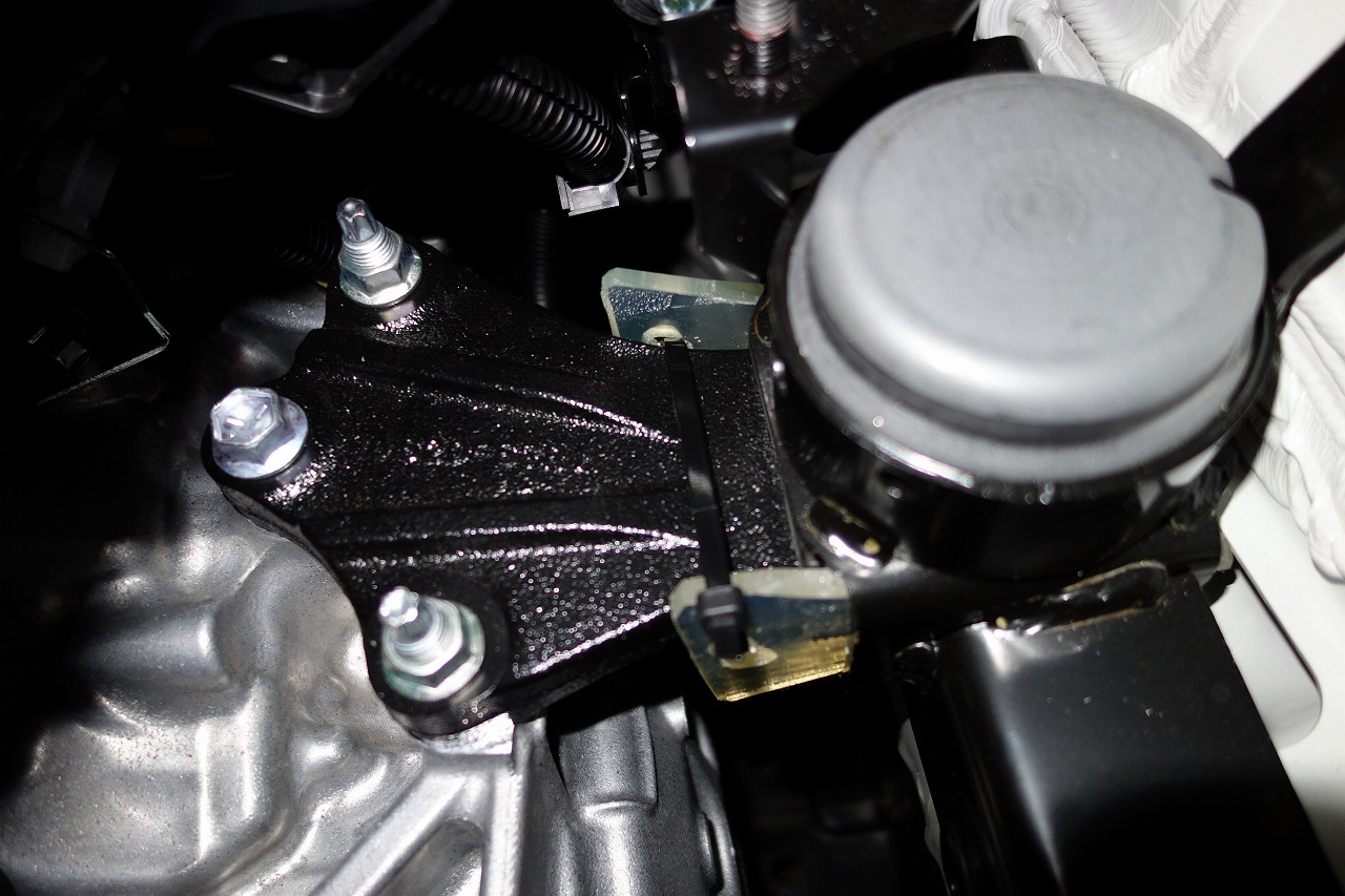 エンジンマウント ウレタンゴム入れ(左)