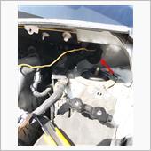 矢印のグロメットに既に通っている配線を切らないように注意して、カッターで切れ込みを入れ、エーモンの配線通とおしにシリコンスプレーを吹きかけ通していきます!