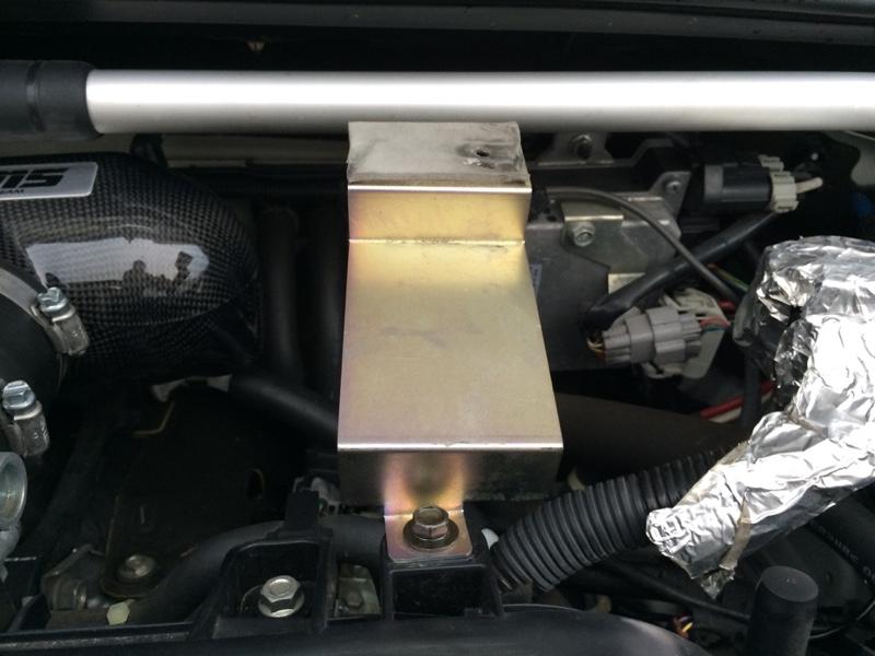 右上側<br /> コラゾンエンジンカバー付属のステーそのまま宙ぶらりで