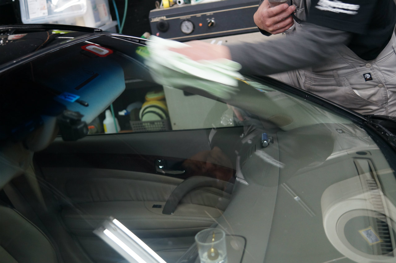 ガラス面をエロく磨きあげ洗車にてガラス面の磨き残しチェックです