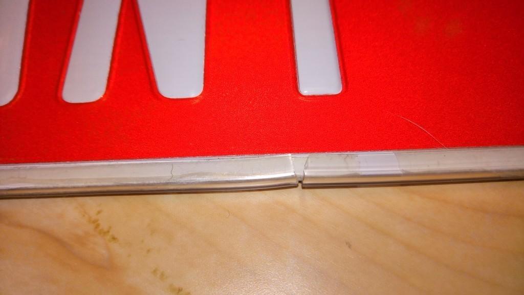 カスタムネームプレートの縁保護にドアモール貼り付け