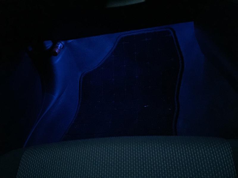 足元照明をオレンジからブルーにしました。