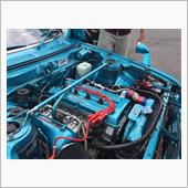 その後、エンジンルーム&すべての各パーツ類、ボンネット裏をボディー同色のターコイズブルーに塗装。新しいパーツも追加装着して~現在はまったく別物のエンジンルームに変身して旧車イベント専用車になっております。<br />