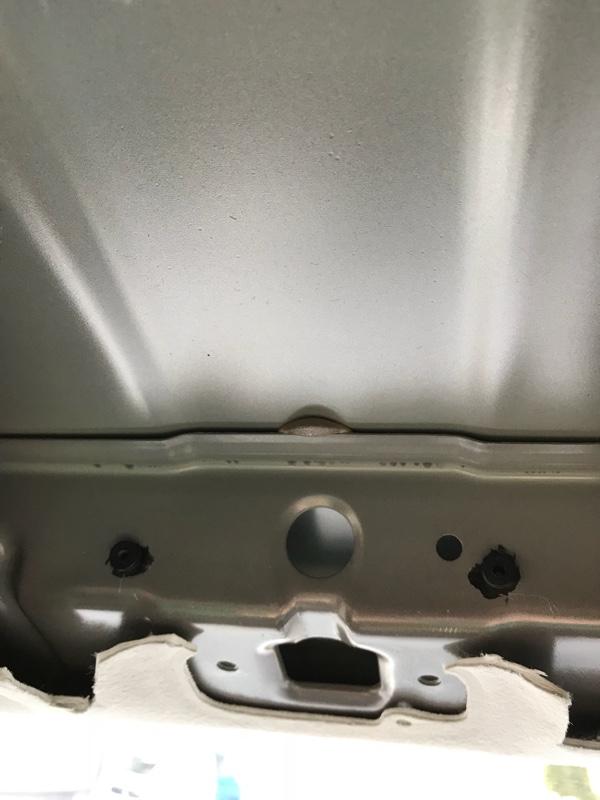 車体側の取り付け部分に下穴を開け、ゴムアンカーを取り付けます。