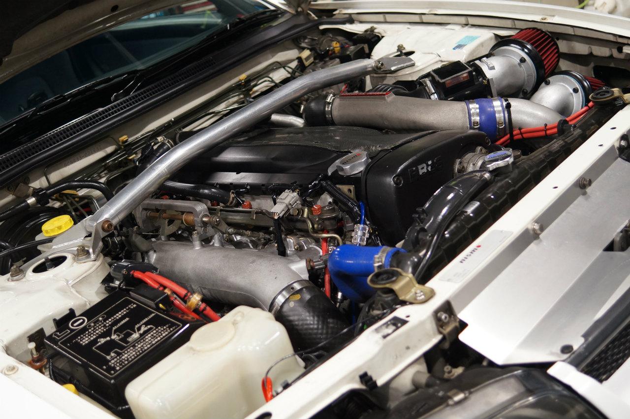 33GTR エンジンルームクリーニングの作業を終え 強力ガラス撥水施工です^^