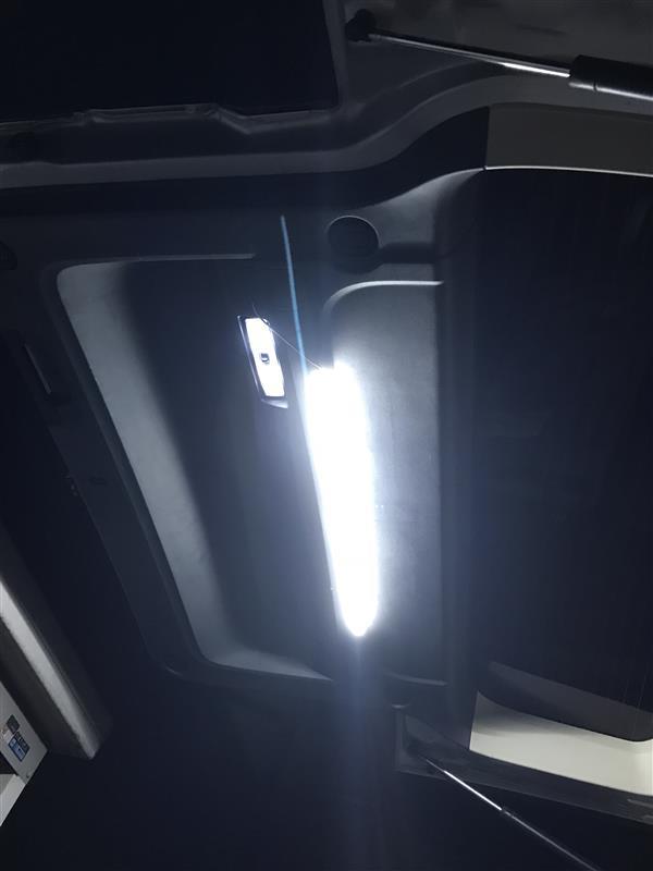 バックドアにLEDチューブライト追加