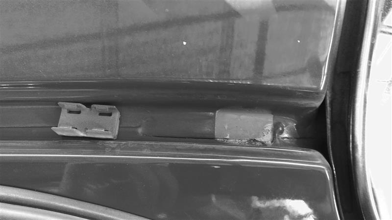 フロント右側も亀裂があった<br /> <br /> モール留めるプラスチックはマイナスやピックツールで外した