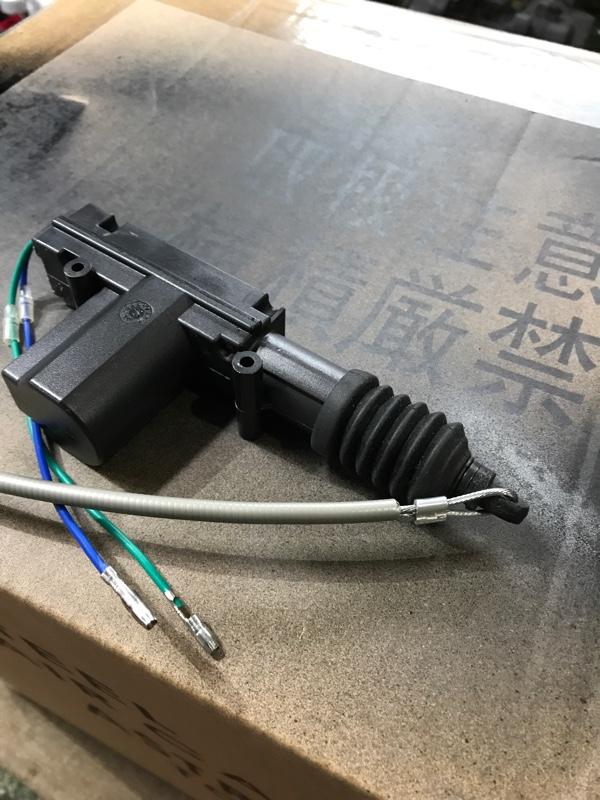 通電するとモーターでリンクを引くイメージです。ワイヤーを短くカットしてモーターに連結します。