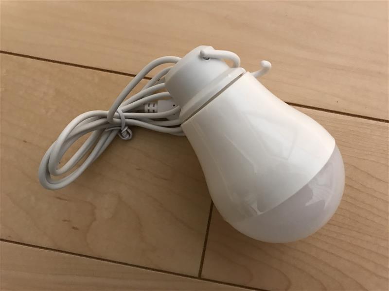 DAISO LED電球型ライトとモバイルバッテリー