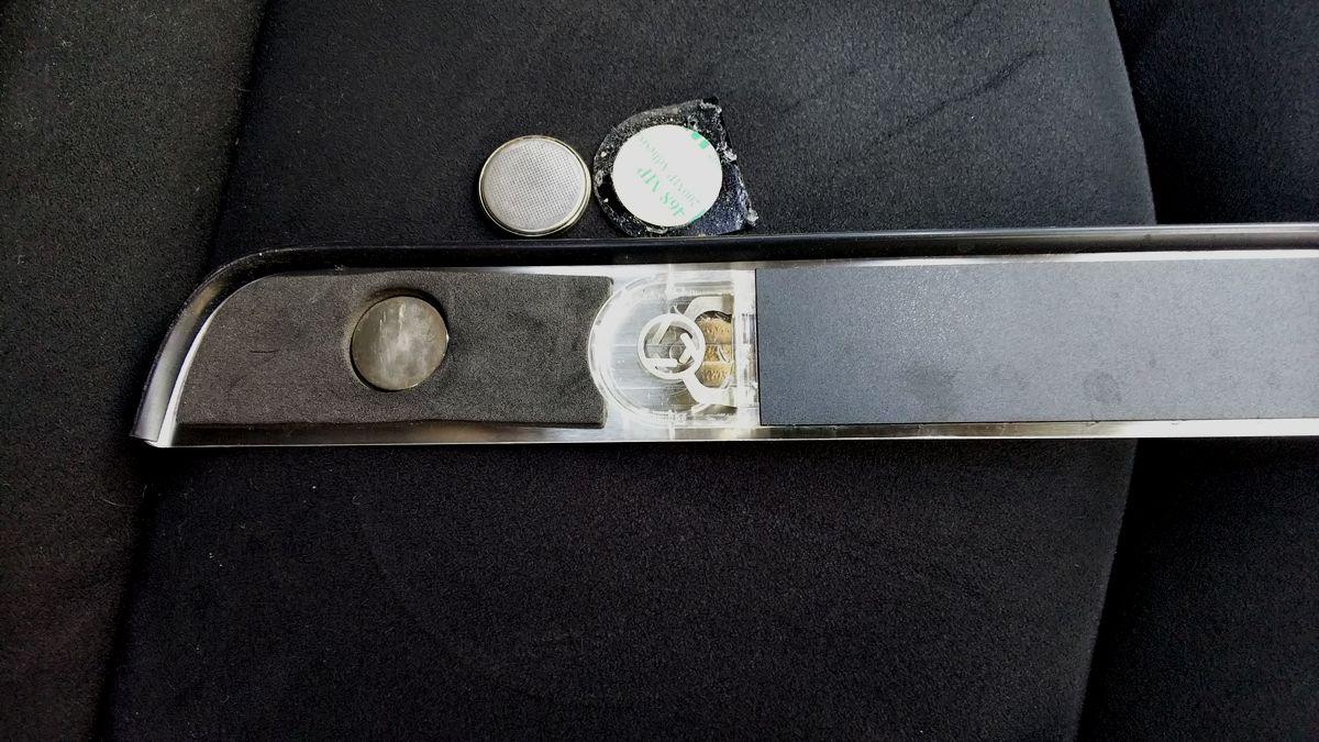 昨年末の作業を備忘録として今頃UPします。なんてことはない電池交換なんですが・・・・。(^^;<br /> 一昨年も12月に交換してるんでだいたい電池寿命は1年くらいなんでしょう。<br /> さてMZRacingのスカッフプレートの電池収納部ですが、カバーが両面テープ止めなんで何回か外すと粘着力ゼロ~。w<br />