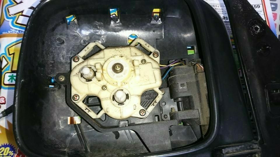ミラー分解、先にミラーをドライヤーで5分程、温め下から上に持ち上げます<br /> <br /> 鏡割れにはご注意下さい(-.-)y-