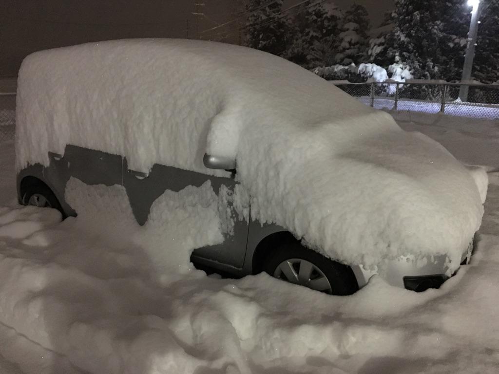 今回の代車は、急きょ1週間預けることになったので、空いている代車ということで。。<br /> <br /> E11ノート<br /> ナビ無し<br /> e‐4WD<br /> 1.5Lエンジンで、E12の1.2Lスーチャーとは違い、まさに「ビュンビュン系」。<br /> <br /> 今シーズン初の大雪もコレで乗り切りました。