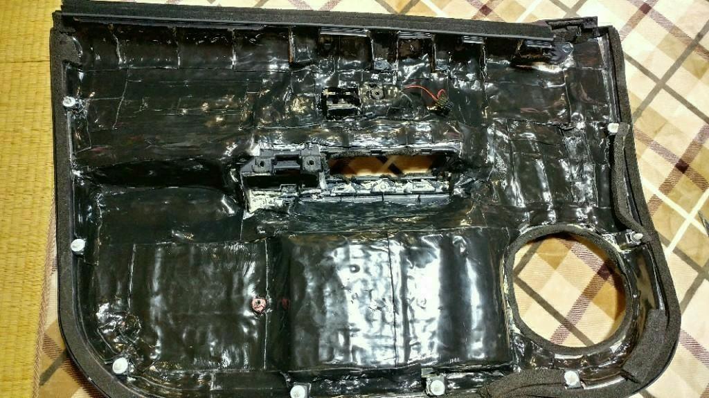 まず内装は、前回Noisus制振シート(300×500)をドア一枚あたり7.5枚で一面+Noisus高比重遮音シートをドア一枚あたり4.5枚を貼りましたが全部撤去して何も貼っていない状態にしました(-´∀`-)