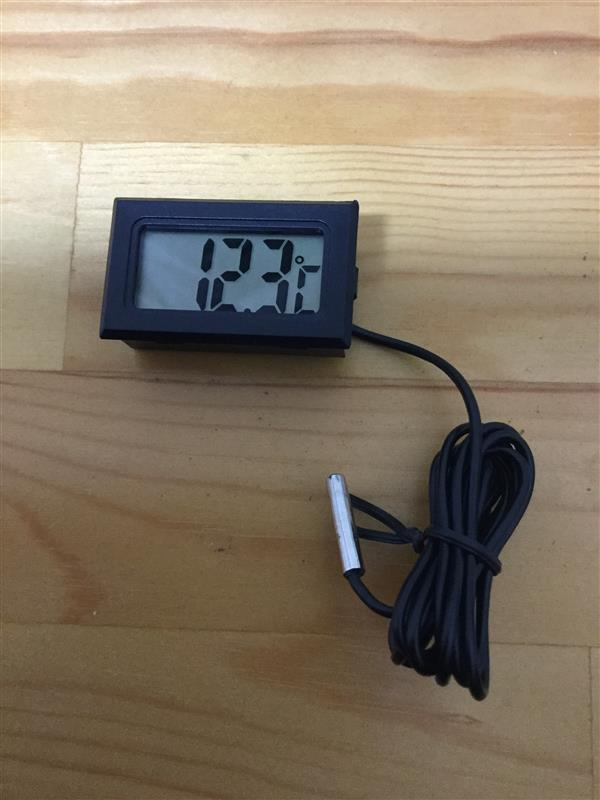 ヮンコにぴったりフィットの温度計にもっと光をwpw、、、てことで分解して構造を見るよ。スペースキツイ