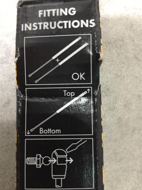TOPはシリンダー側なので、取り付けは純正の逆向きになります。支持部の金具を差し込むだけなので簡単です。金具を少し外側に押し出した状態で嵌めると簡単です。
