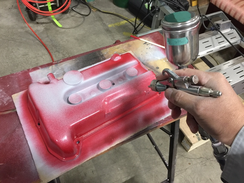 ドナーカーエンジンのタペットカバーを再塗装