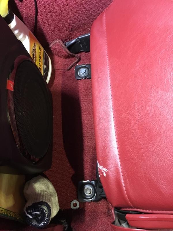 赤いシートの取り外し コンバケ装着編
