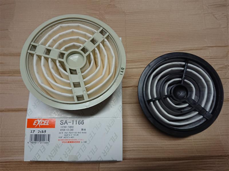 マロミ産業   EXCEL エアフィルタ SA-1166<br /> <br /> 前回交換と同じものをモノタロウで注文。<br /> えっ?<br /> 色が違う...<br /> フィルターの汚れ具合もそうですが<br /> 樹脂の色。