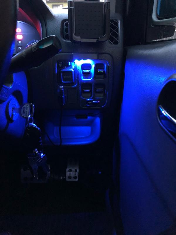 (ドアミラー、パワーウィンドウスイッチ、運転席下小物入れ)LED照明取り付け