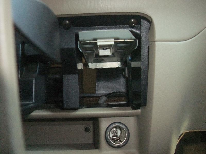 さらに、灰皿も外します。<br /> <br /> 私はタバコは吸わないので、いつも灰皿を外し、<br /> 夜間の足元灯にしています。<br /> <br /> この灰皿の奥の空間は、<br /> 上の写真のオートエアコンのコントローラーの裏側につながっています。<br /> <br /> よって、オーディオのAUXラインは、ここを通しました。