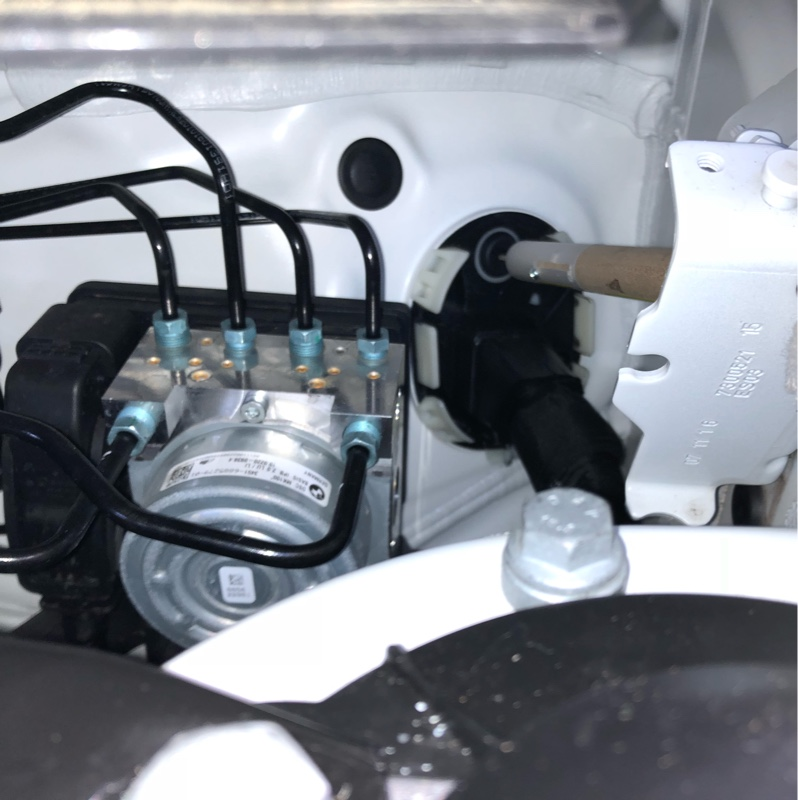 フォグランプ取り付け〜エンジンルームから室内への配線