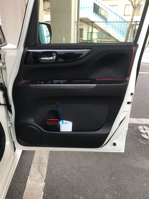 ドアスイッチカバー&ピラーカバーにカーボン調シート貼り付け