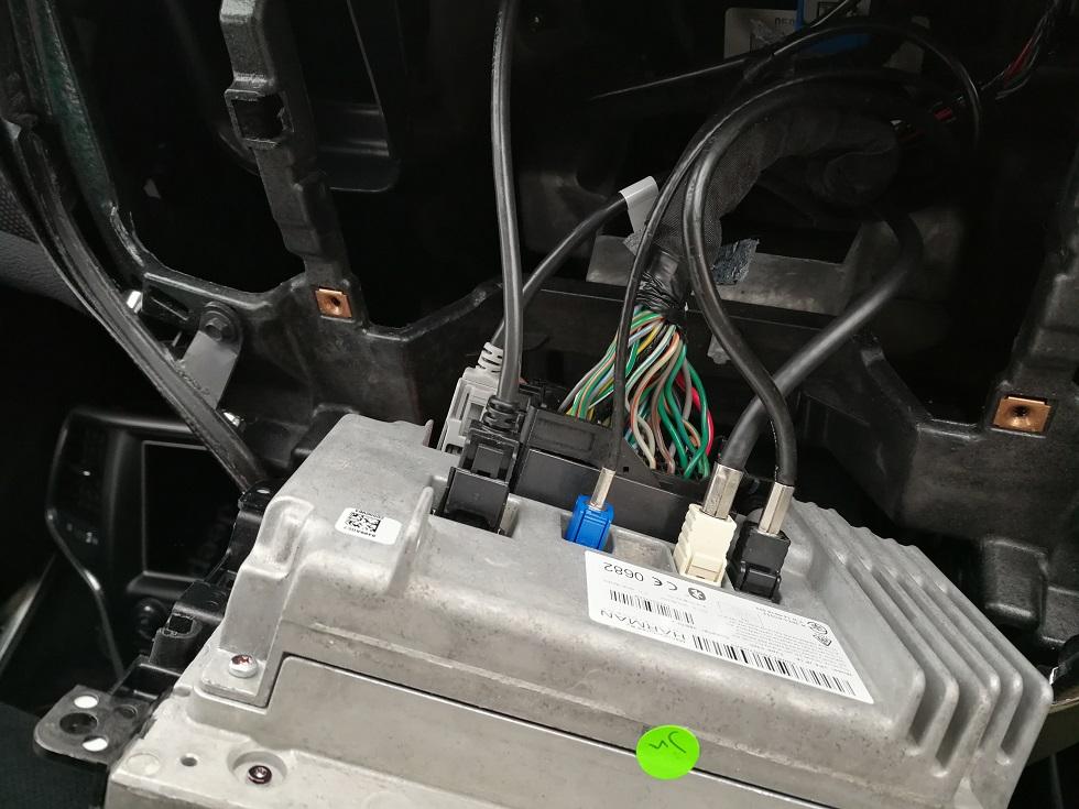 純正「Uconnect」にAV入力を追加