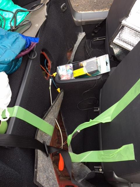 キャビンリアの水濡れ(水漏れ)後ろフロアーマット下の緩衝材他除去