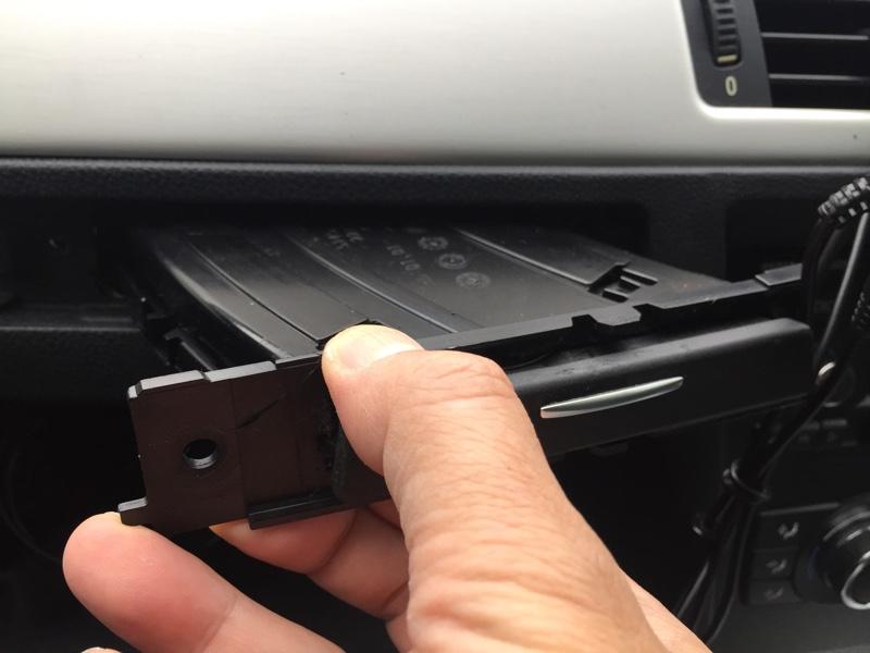 BMW E92 ドリンクホルダー修理